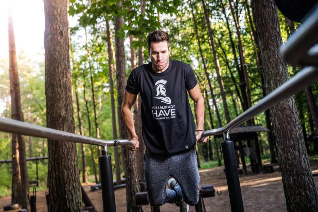 man doing calisthenics workout